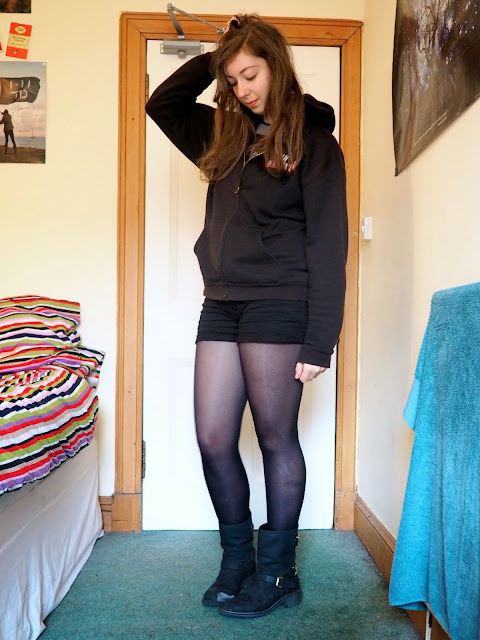 Lazy Days outfit | Black Twin Atlantic concert hoodie, black short with tights, short biker boots
