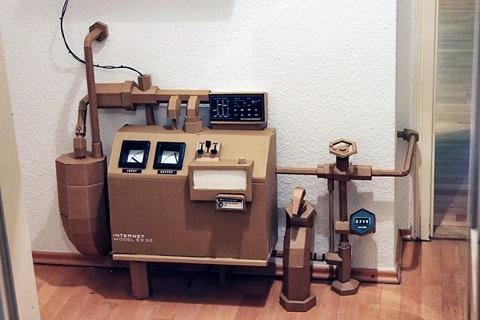 maquina hecha con cartón reciclado