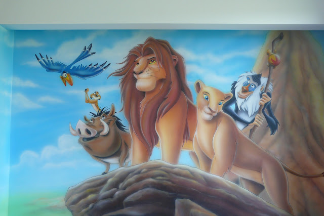 Aranżacja pokoju chłopca, malowanie historyjki z bajki Król Lew na ścianie