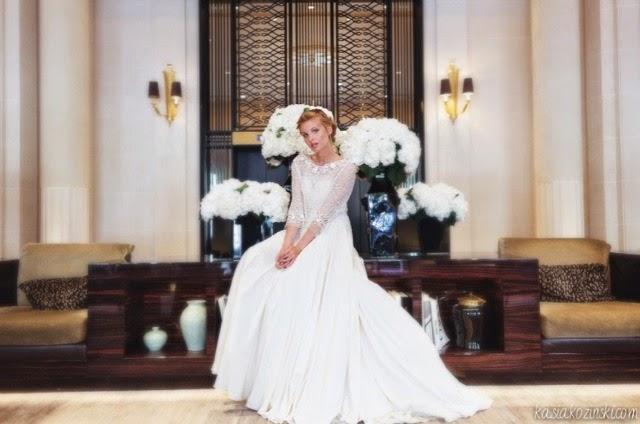 Robe de mariée en satin de soie avec blouse de dentelle perlée