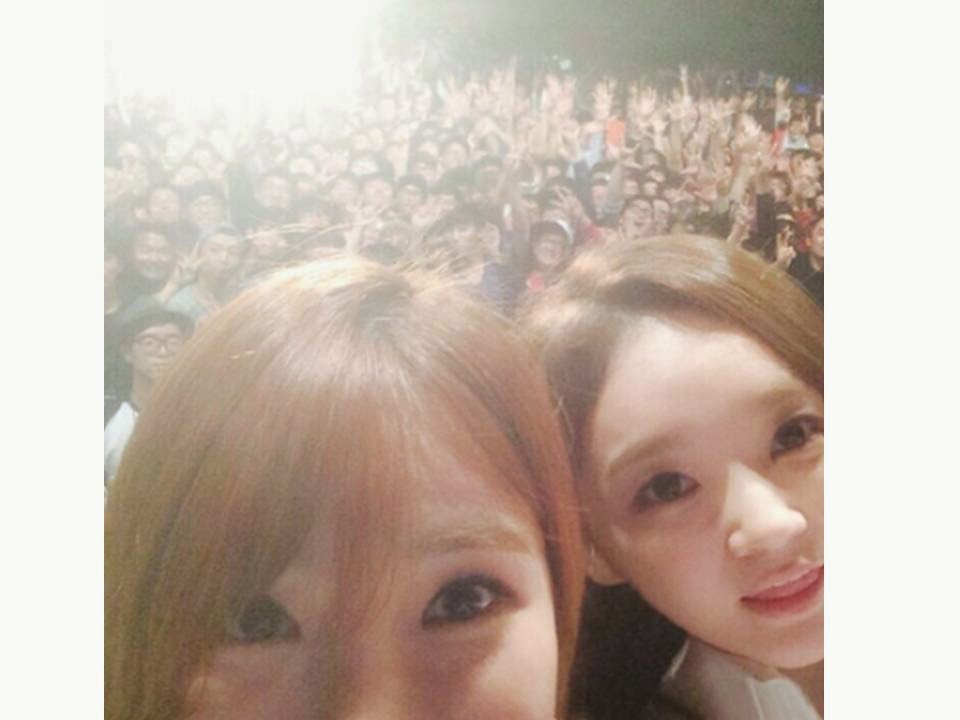 Davichi takes a selca with fans in a university