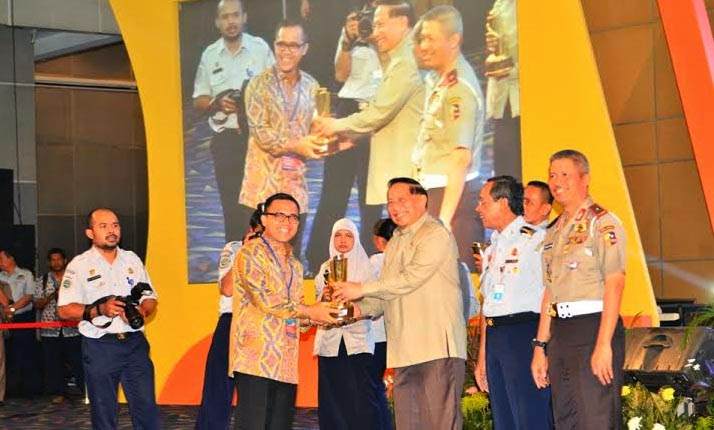 Kabupaten Banyuwangi meraih penghargaan Wahana Tata Nugraha 2014 bidang lalu lintas untuk kategori Kota Sedang.