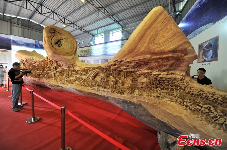 02-Chinese-Sculptor-Zheng-Chunhui-Longest-Wooden-Sculpture-12.3m-www-designstack-co