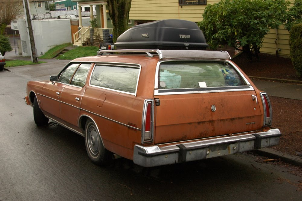 OLD PARKED CARS.: 1975 Ford LTD Station Wagon.