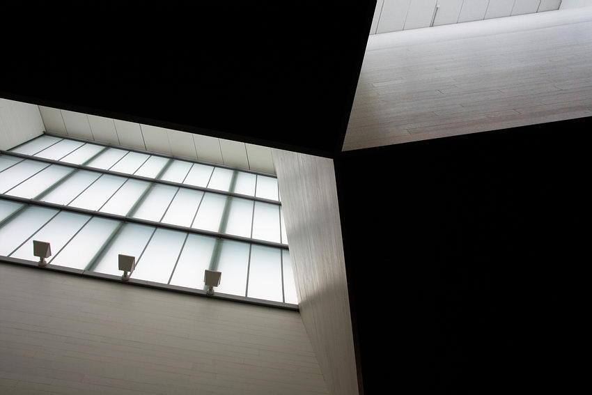Clarabóia do hall de entrada do museu e emergirem em contra-luz de um tecto completamente escuro e destacando linhas concorrentes nessa área