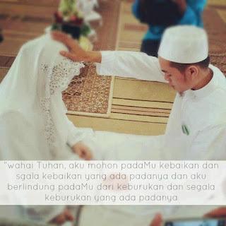 Suami meletakkan tapak tangan di atas ubun-ubun isteri dan berdoa