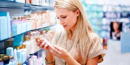mujer comprando cosmeticos