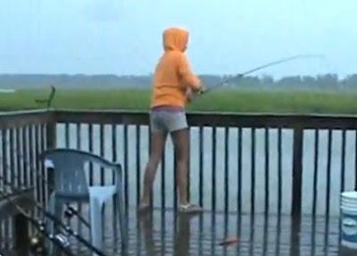 la chica pescando y el tiburon le quita el pez