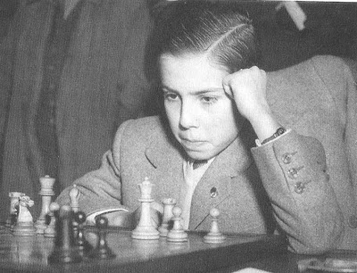 Arturito Pomar frente al tablero de ajedrez