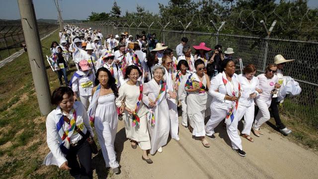 Mujeres cruzando la frontera entre Corea del Norte y Corea del Sur
