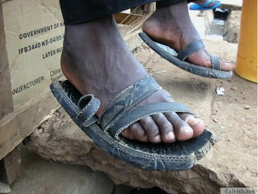 2013 08 23 214706 Kerana Kemiskinan Orang Afrika Buat Selipar Dari Tayar