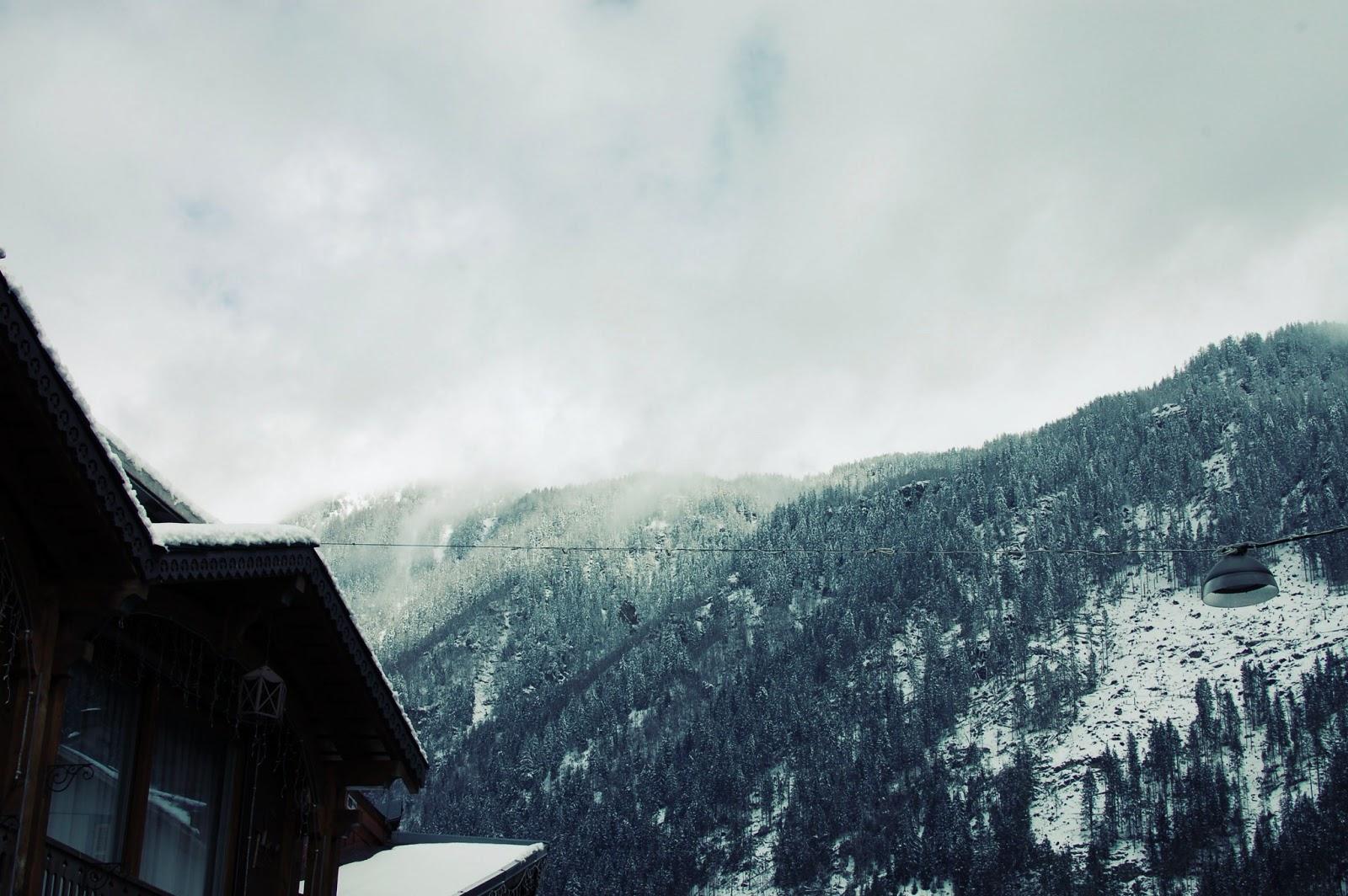 chamonix-nature-hiver-centre-ville-neige-alpes-mont-blanc-haute-savoie-salon-thé-le-grand-café-chamonix-brasserie-bar-batiment-rose