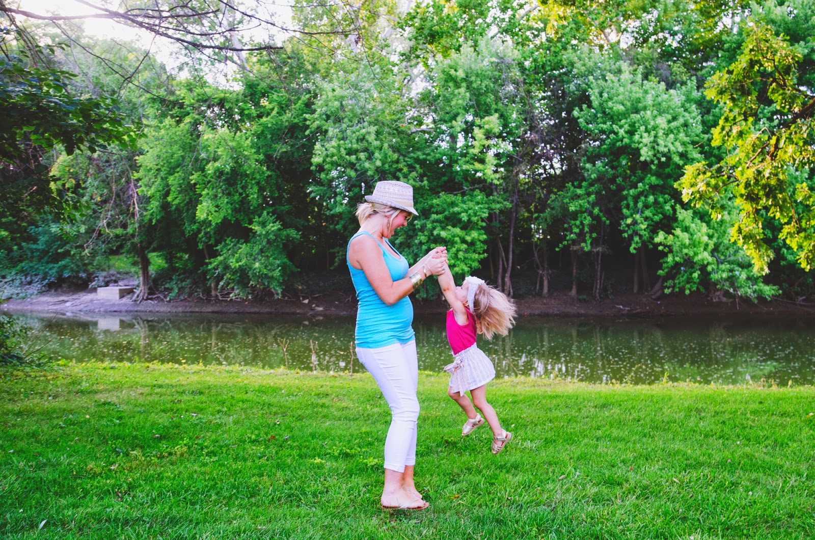 indianapolis family photographer captures mom and daughter playing