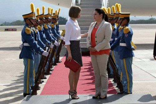 Queen Letizia of Spain arrives at Soto Cano Air Base on May 25, 2015 in Comayagua, Honduras. Queen Letizia started a two-day visit to Honduras to supervise Spanish cooperation programs in the country.