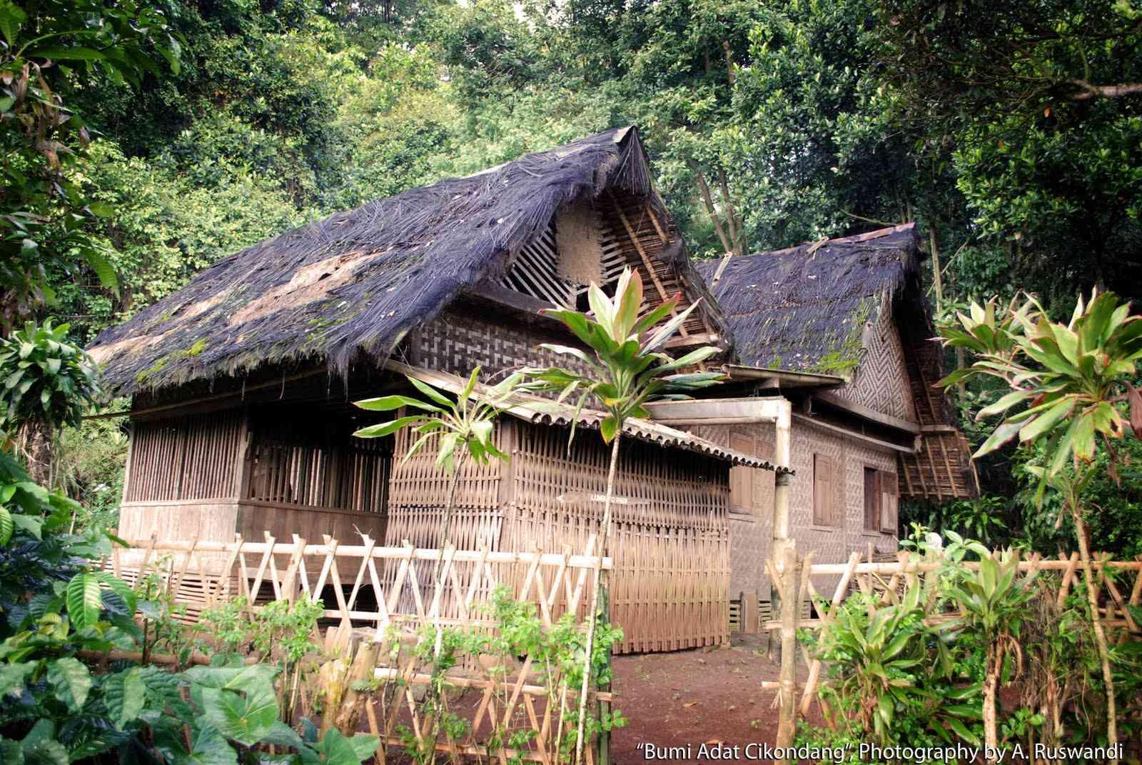 Hasil gambar untuk rumah adat cikondang desa lamajang
