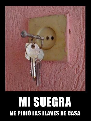 Llaves en un clavo enchufado a la corriente. En el texto se lee: mi suegra me pidió las llaves de casa.
