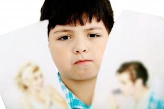 niño triste foto rota padres, divorcio, separación