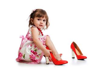 Foto Gambar Bayi Pakai Sepatu High Heels Kebesaran3
