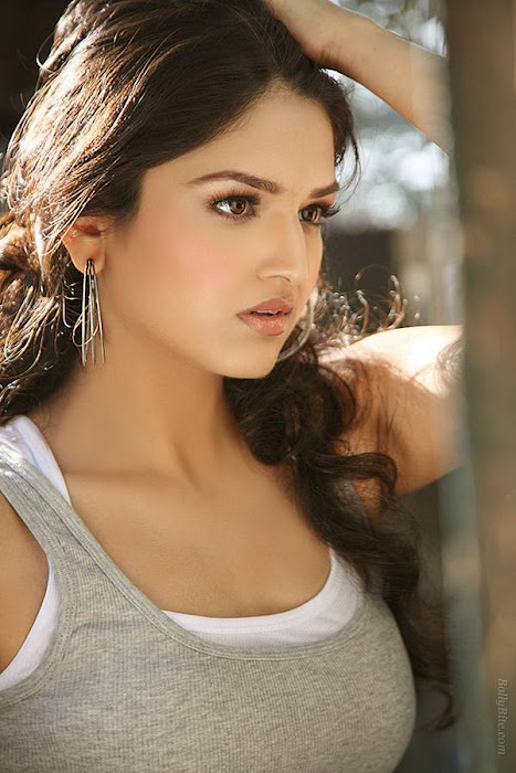 side gorgeous tara alisha hot images