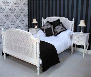 Tempat Tidur Putih Kombinasi Rotan
