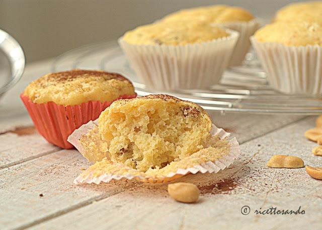 Muffins allo yogurt con arachidi e uvetta ricetta dolce senza burro