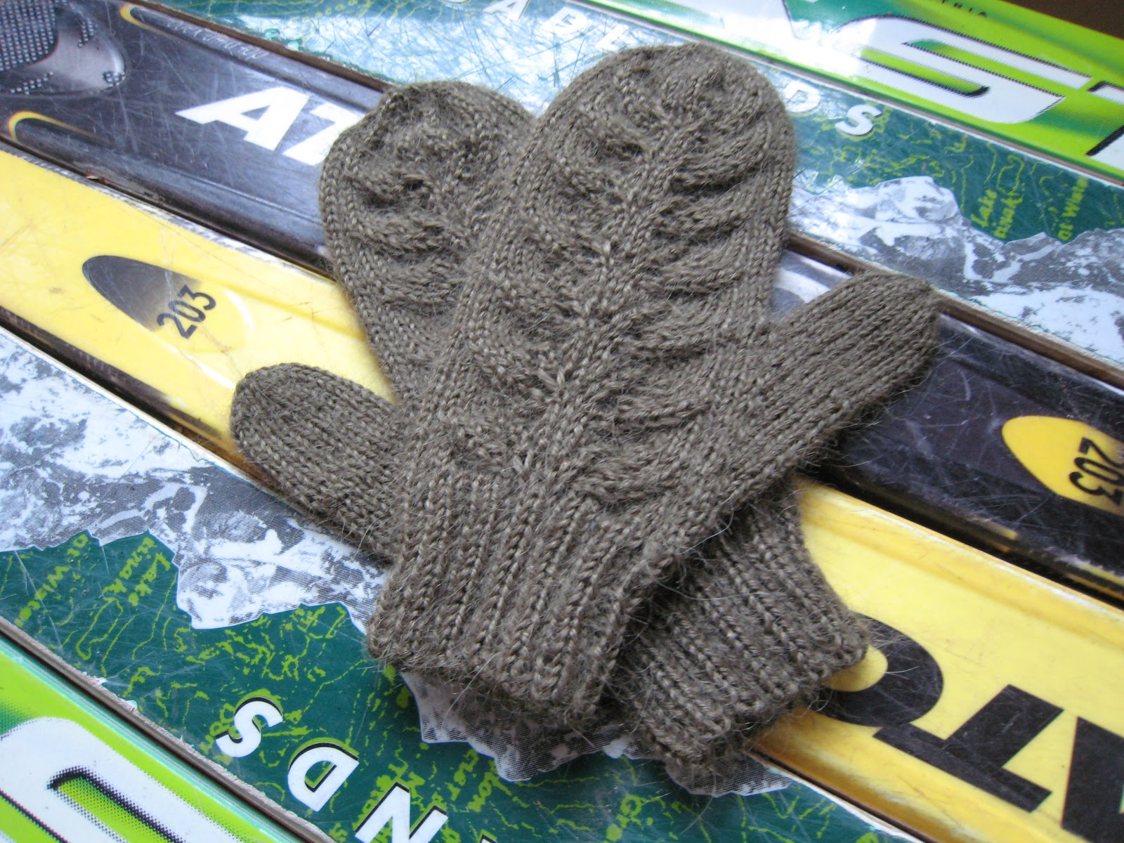 Knitting Pattern For Mittens Using Two Needles : Spicy Jellybean Kids : Green Leaf Mittens