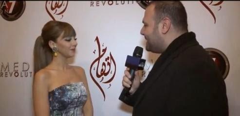 فيديو: مراسل يقوم بفتح سوستة فستان ميريام فارس علي الهواء 2014