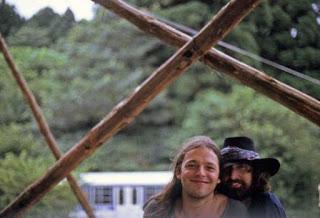 David y Nick bajo un escenario en Osaka en 1971