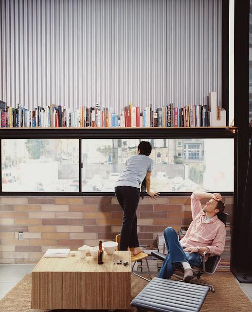 Einrichten, Wohnen und Leben auf kleinstem Raum aber in Loft-Wohnung – nur mit Multifunktion von Tisch, Stuhl, Sofa