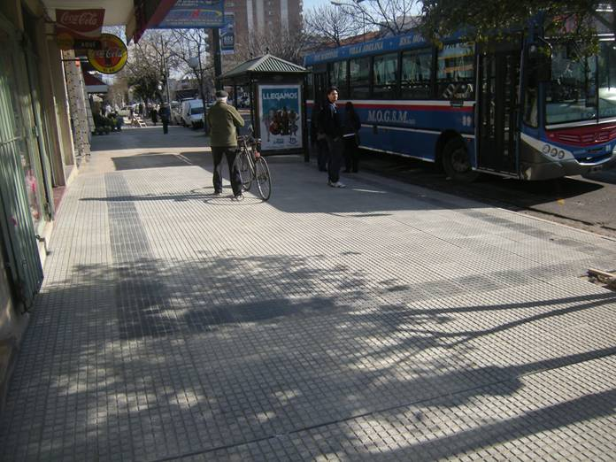 Municipalidad de san isidro prensa avances en la puesta for Baldosones de cemento