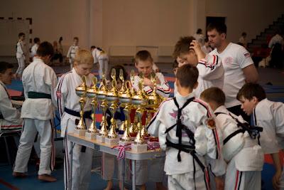 Дети и награды Кубка России по Косики каратэ 2013. Фото Георгия Огнивцева.