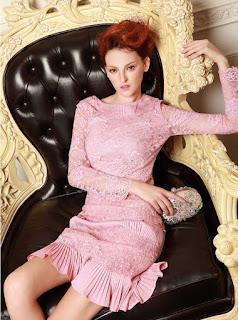 Vestido rosado de manga larga, encaje y con volados en la parte inferior