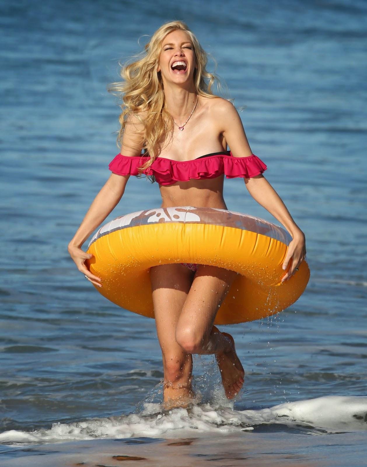 عارضة الأزياء البرازيلية كات توريس بالبكيني على شاطىء ماليبو