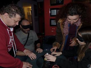Βιωματικό με μάσκα του κοινού προσπαθούν να βρουν αντικείμενα με την αφή