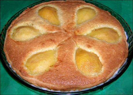 Makkelijk frangipannetaart recept met gepocheerde peren: begin met het bladerdeegvel blind te bakken