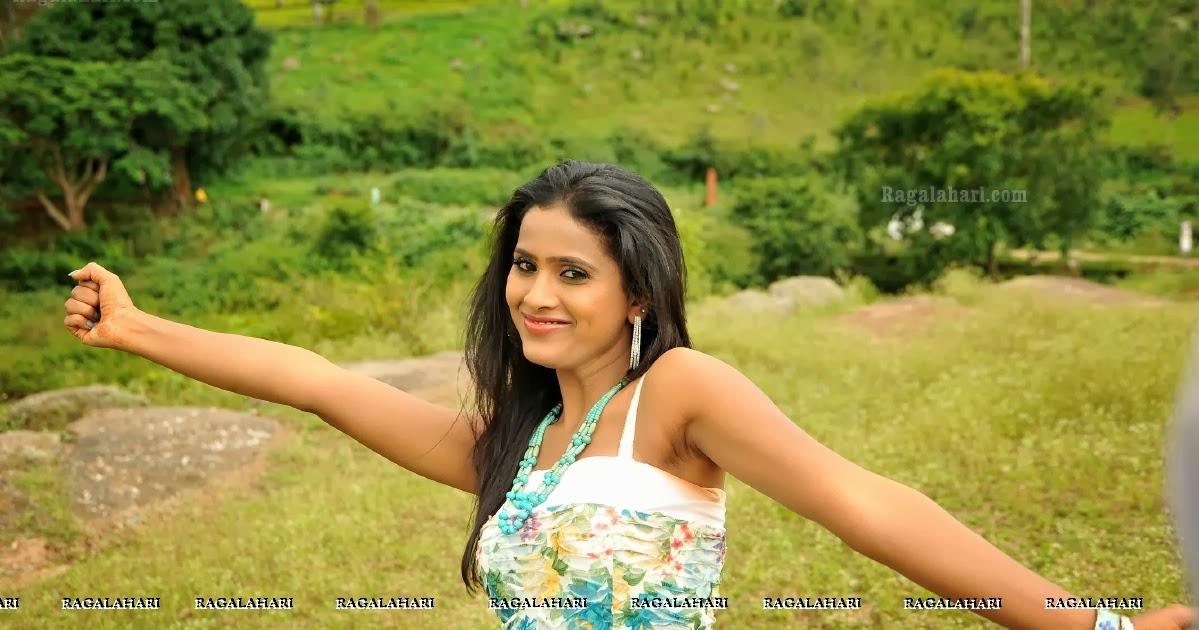 Telugu Anchor Naveena Navel Images