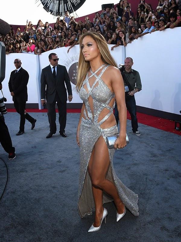 A cantora Jennifer Lopez arrasou no tapete vermelho do VMA