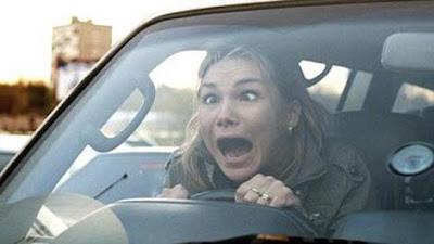 10 أسباب تجعل المرأة سائقة فاشلة  - امرأة مجنونة تقود سيارة مسرعة مرعوبة