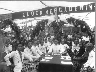 Potret bersama rapat Sarekat Islam di Kaliwungu. Hadir para anggota dari Kaliwungu, Peterongan, dan Mlaten, serta anggota Asosiasi Staf Kereta Api dan Trem (VSTP), Semarang.
