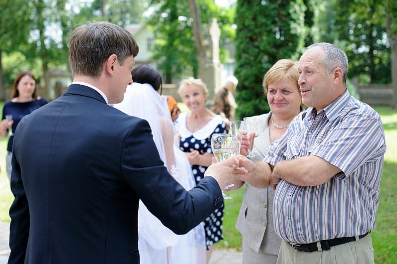 svečiai sveikina jaunavedžius