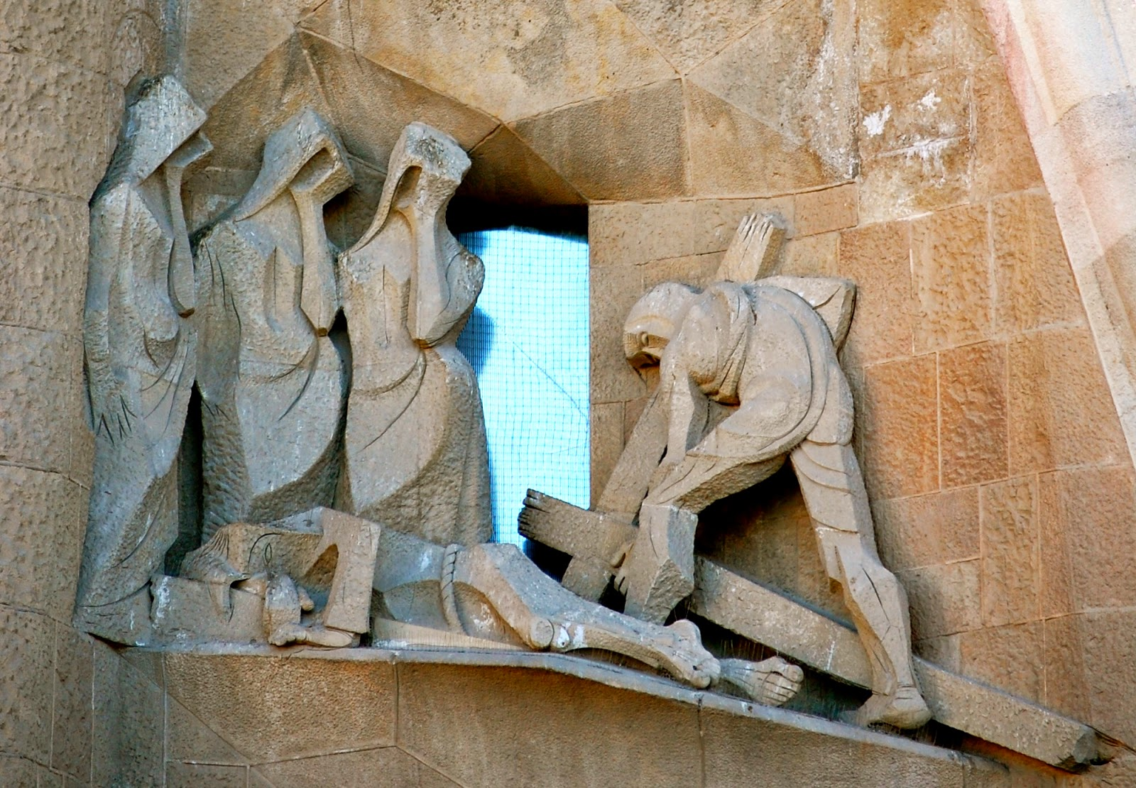 Three Marys and Simon of Cyrene, Passion Facade