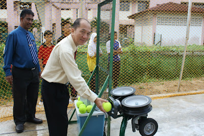 Pengetua Mr Loh merasmikan Batting Cage dan Pitching Machine di SMK Tanah Putih, Pahang