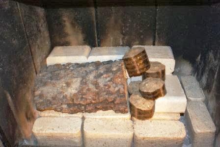 Takie ułożenie brykietu i drewna zapewniło mi ciepło z kominka przez 24 godziny