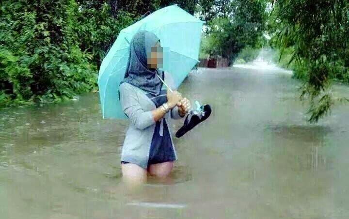 info malaysia (4 foto) aksi gadis yaang memang tidak sepatutnyahussain awang berpesan kepada pelajar2 perempuan spm supaya jgn bermain air banjir takut nanti dikhuatiri lintah masuk dalam kemaluan nanti