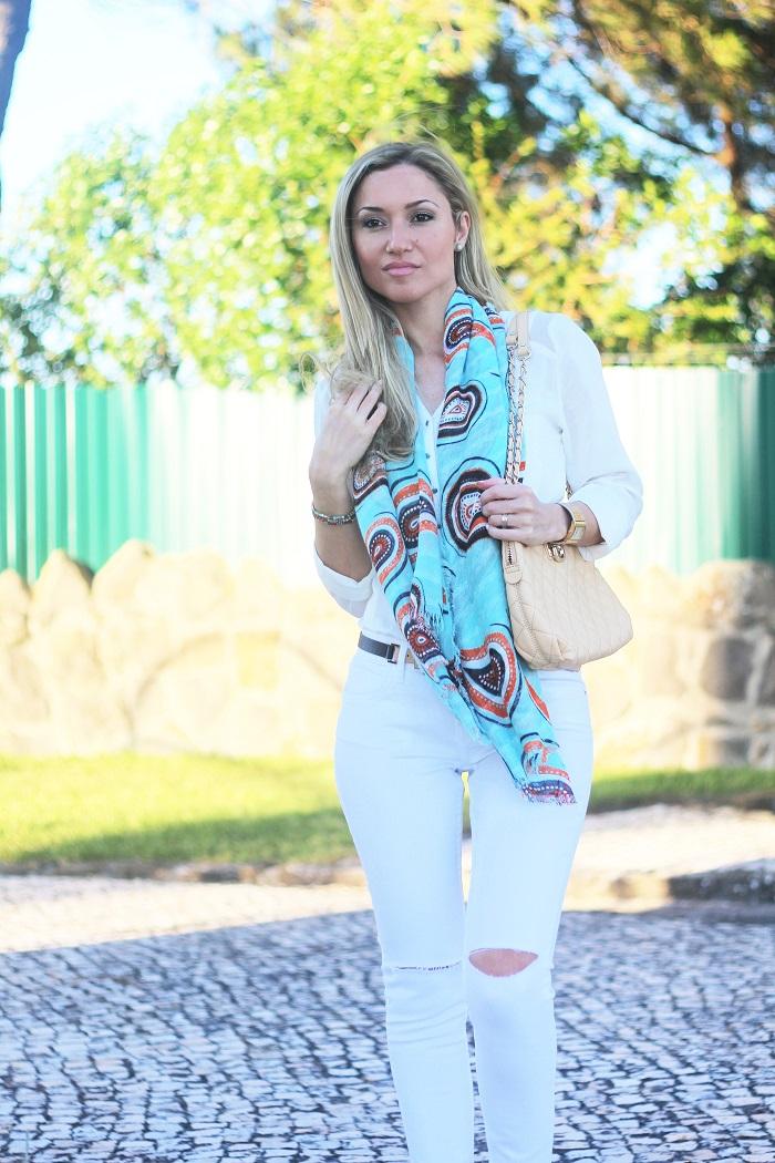 Segunda-feiraaaa!!! Vamos começar esta semana com boas energias!! E hoje mostro-vos um Look que usei recentemente num lindo dia de sol, mas com imenso vento! Look do dia/Outfit. Lenço statement. Ripped jeans, calças rasgadas, branco. Dkny, Guess. Pumps pêssego. Dicas de Moda e Imagem. Style Statement. Tendências. Primavera/Verão 2015. Blog de moda portugal.