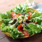 Salotos su keptais pomidorais ir ančiuviais