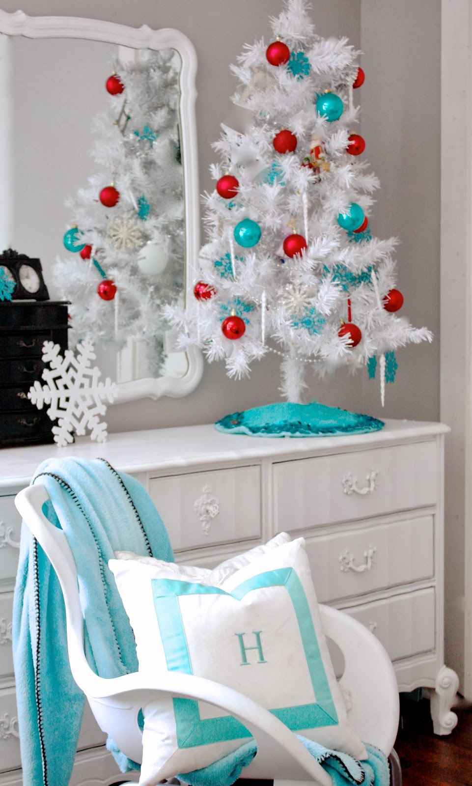 the yellow cape cod teen christmas room - Red White And Turquoise Christmas Decor