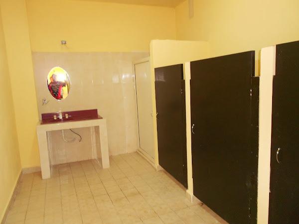 Baño Planta Baja con tres retrinas y regadera