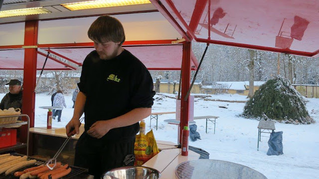 Unser Problemlöser in action: Mike am Grill
