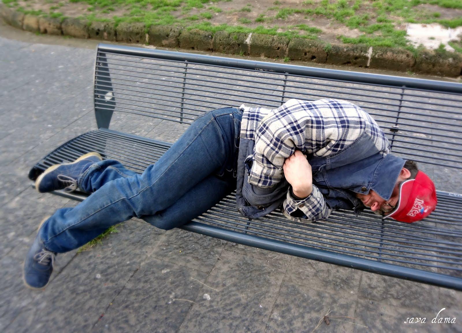 Пьяные на улице спят на скамейке 2 фотография